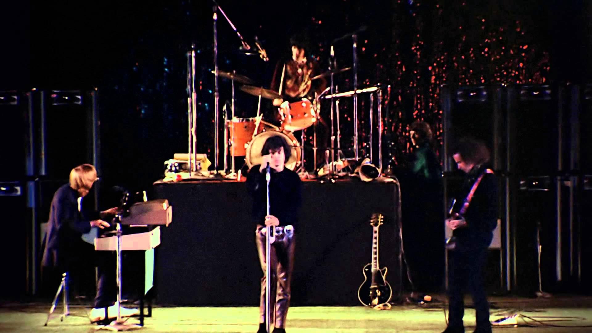 The Doors em 1968, no Hollywood Bowl. As famosas calças de couro de Jim Morrison o tornaram rapidamente um sex symbol entre as garotas californianas, e por que não, no mundo