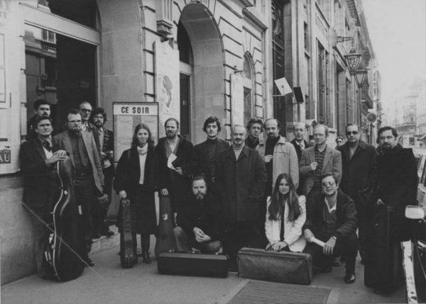 Piazzolla na França, cercado por inúmeros e jovens talentos